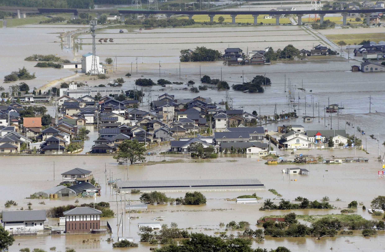 As fortes chuvas que acompanham o tufão Man-yi deixaram várias regiões do Japão inundadas. Aqui a cidade de Fukuchiyama, localizada na província de Kyoto.