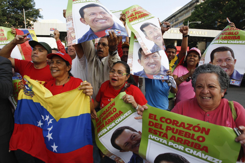 O povo se aglomerou em frente ao hospital para prestar apoio a Chavez
