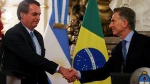 O presidente do Brasil, Jair Bolsonaro, cumprimenta o presidente da Argentina, Mauricio Macri, na Casa Rosada, em Buenos Aires, Argentina, em 6 de junho de 2019.