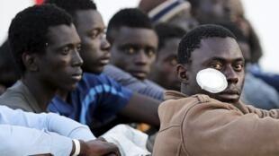 Réfugiés dans le port d'Augusta en Sicile, le 16 avril 2015.