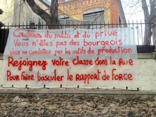 Une banderole sur le parcours de la manifestation à Paris.