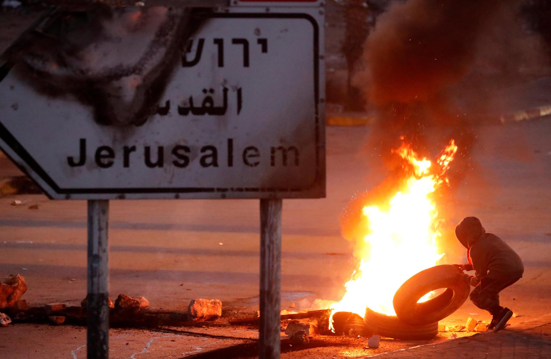 Палестинские протестующие жгут покрышки в Рамалле, Западный берег, 8 декабря 2017 г.