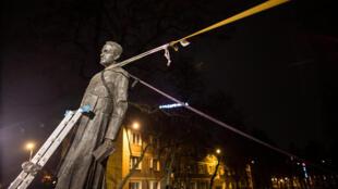 В Гданьске повалили памятник ксендзу Генрику Янковскому, обвиненному в педофилии