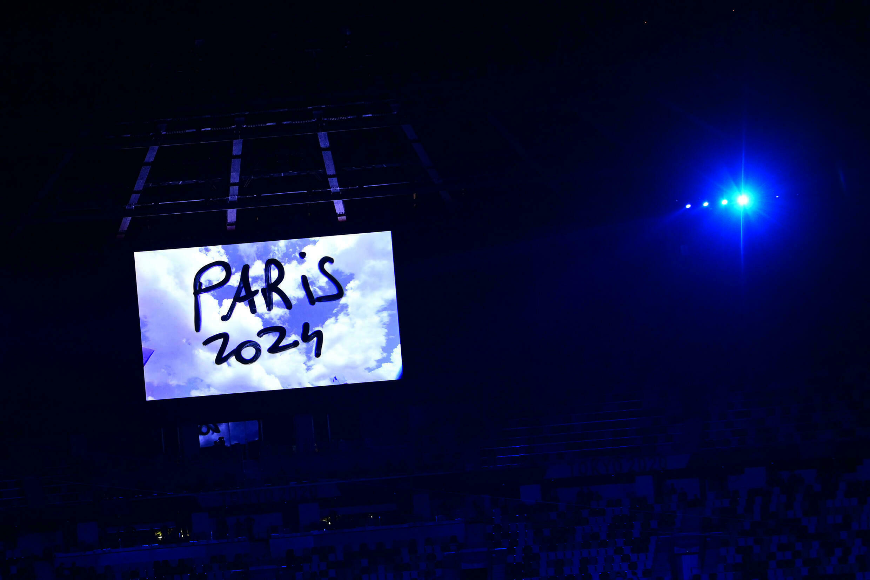 Un video anuncia los próximos Juegos Olímpicos en París, durante la ceremonia de clausura de los Juegos Olímpicos de Tokio