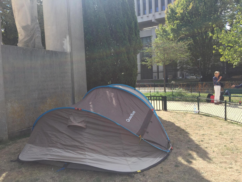 Палатка находится в нескольких десятках метров от российского посольства