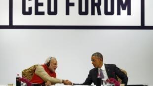 Tổng thống Mỹ Barack Obama (P) bắt tay Thủ tướng Ấn Độ Narendra Modi, tại Diễn đàn doanh nghiệp Mỹ-Ấn, New Delhi, 26/01/2015