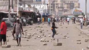 Dans une rue de Lomé, la capitale togolaise, violents affrontements entre les militaires et des manifestants, le 18 octobre 2017. Image tirée d'une vidéo.