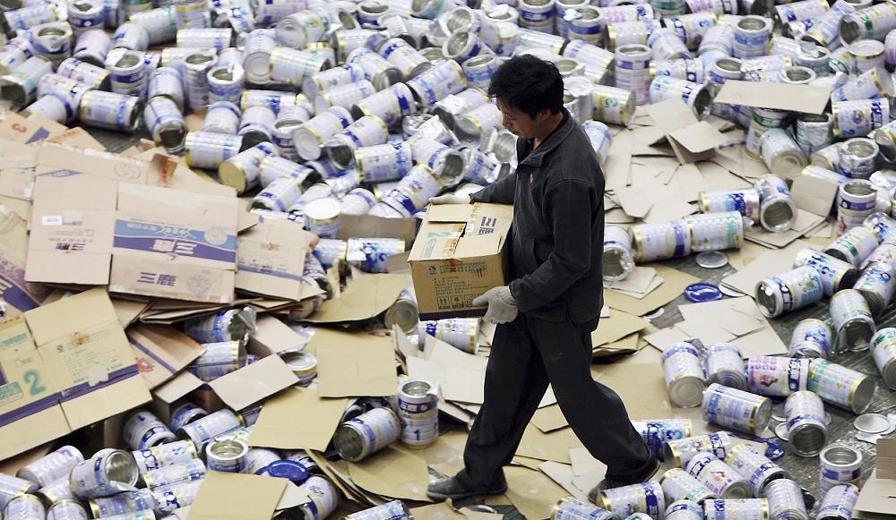 Sữa nhiễm độc bị buộc phải tiêu hủy.