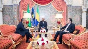 Le président gabonais Ali Bongo entouré du secrétaire-général de la présidence jean-Yves Teale (G) et de son directeur de cabinet Brice Laccruche Alihanga à Libreville, en février 2019.