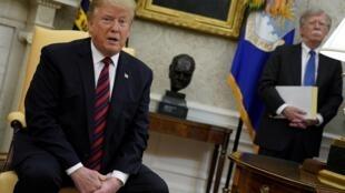 جان بولتون، مشاور امنیت ملی رئیس جمهوری آمریکا، که مدتهاست از مدافعین مداخله نظامی در ایران و ساقط کردن رژیم میباشد، در اوضاع و احوال ملتهب کنونی خلیج فارس آتشبیار معرکه شده است.
