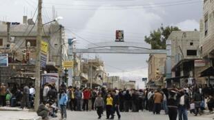 Des manifestants pour la « paix et la liberté » de leur pays, avancent  en masse, près de la mosquée d'Omari dans le sud de la ville de Deraa.