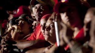 Partidarios del presidente venezolano escuchan los resultados de las elecciones.