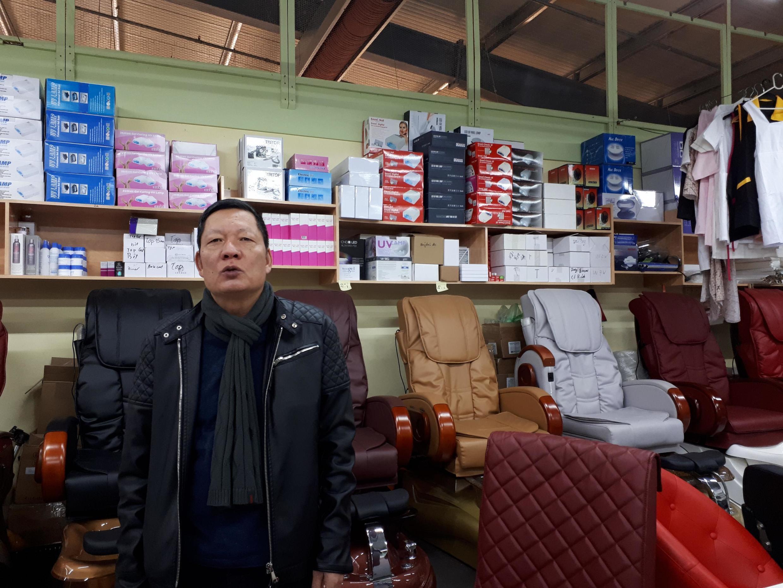 Ông Ngọc, chủ một hiệu làm móng tay trong khu Chợ Đồng Xuân- Berlin, Đức