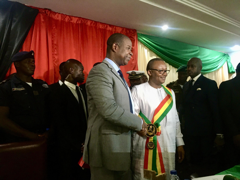 Umaro Sissoco Embalo «investi» par une partie des députés dans un hôtel de Bissau. À côté de lui, le premier vice président de l'Assemblée Nuno Nabiam (27 février 2020).