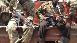 Tropas da coligação rebeldes Séléka patrulham as ruas de Bangui, 26 de Março de 2013.