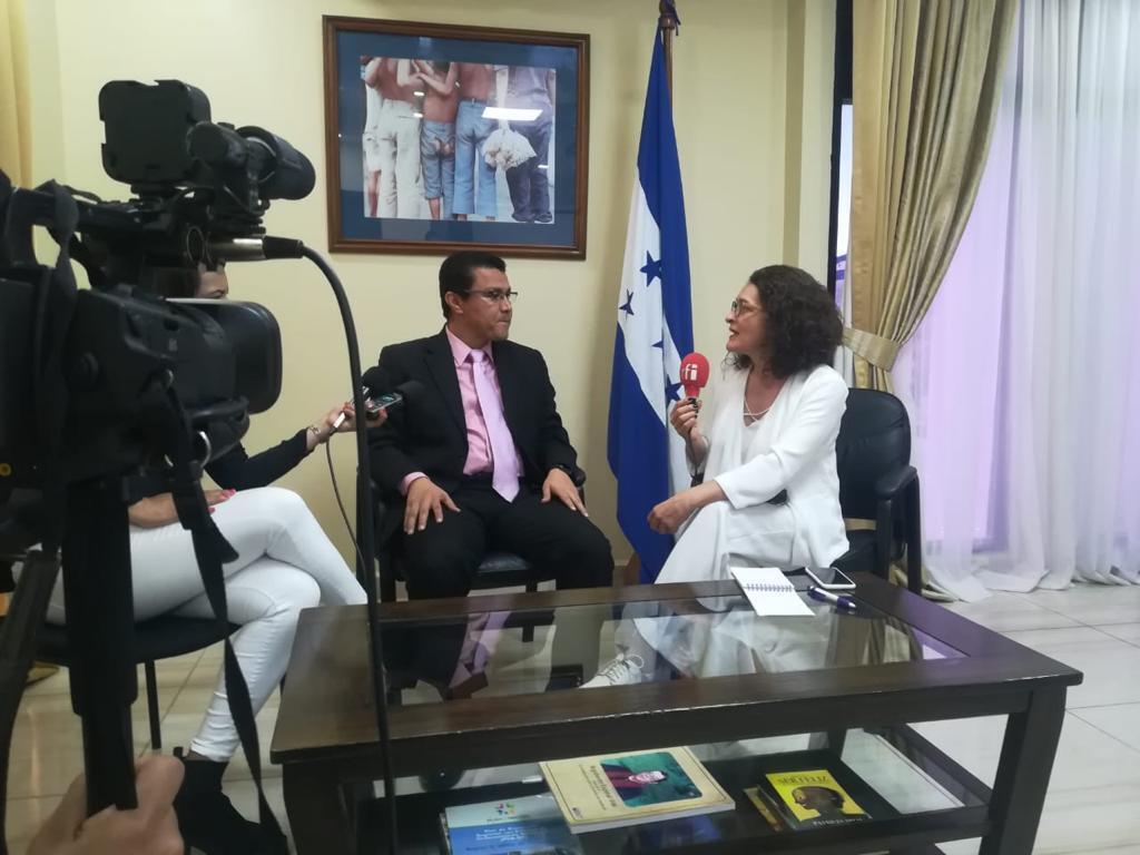 Angélica Pérez (RFI) con el ministro de la Presidencia, Ebal Díaz.