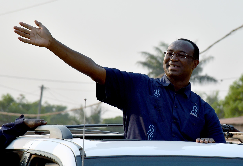 Anicet Georges Dologuélé, candidat à la présidentielle en RCA, salue ses partisans à Bangui, le 28 décembre 2015.