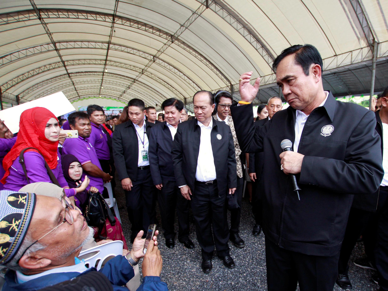 Thủ tướng Prayuth Chan-ocha nói chuyện với người dân ở Pattani, miền nam Thái Lan. Ảnh 27/11/2017.