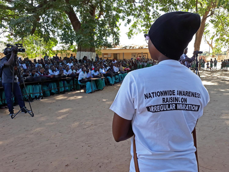 Dans la cour de cette école, située sur la rive Nord du pays, un ex-migrant partage ses souvenirs de deux années terribles passées en Libye, face à un public de jeunes Gambiens.