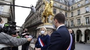 Marine Le Pen devant la statue de Jeanne d'Arc à Paris, place des Pyramides, le 1er mai 2020.