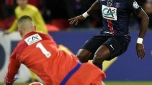 Beki wa PSG, Serge Aurier (kulia) akikabiliana na kipa wa Lyon Anthony Lopes katika michuano ya Kombe la Ufarasa (Coupe de France), Februari 10, 2016 katika uwanja wa Parc des Princes.