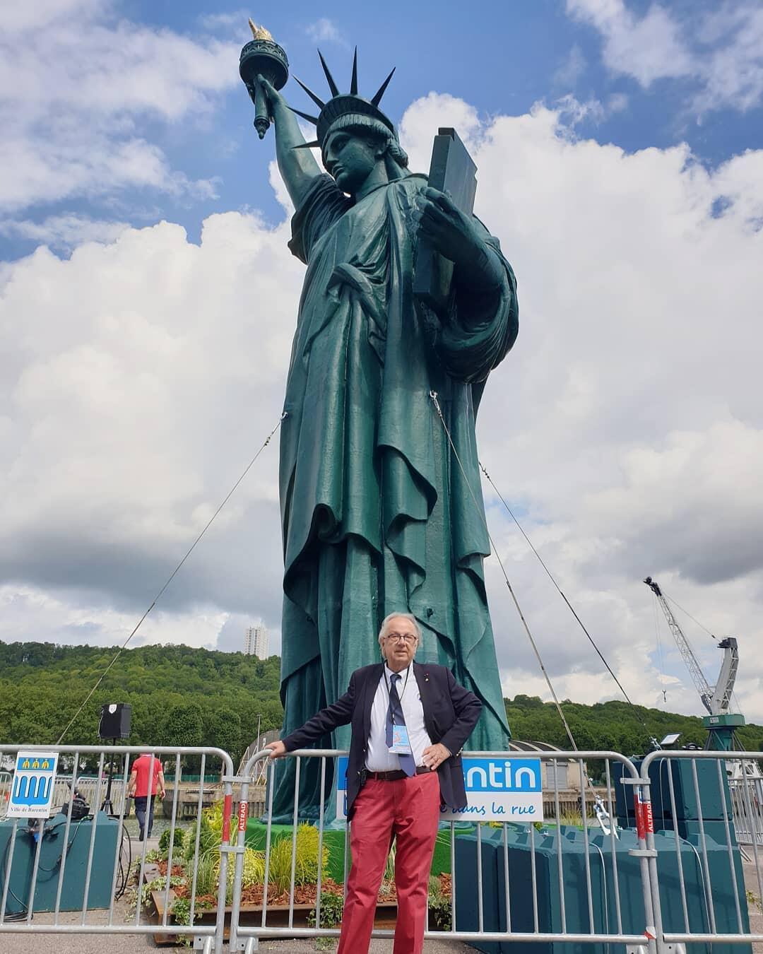 Patrick Herr, posando ante la estatua de la libertad, junio 2019, Rouen, Francia.