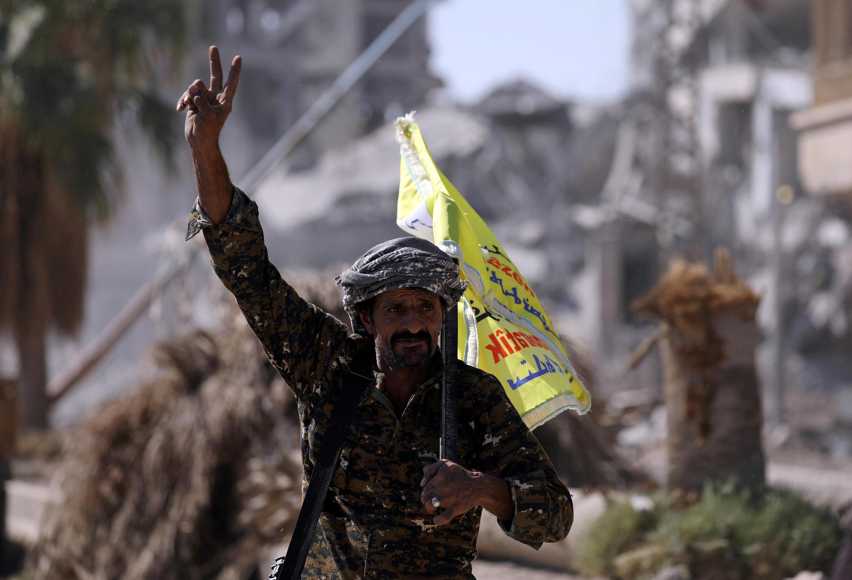 Un membre des Forces démocratiques syriennnes à Raqqa, en Syrie.
