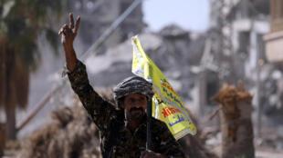 Combatente das Forças Democáticas Sírias no dia 16 de Outubro em Raqa.