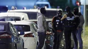 Momento de la operación en  Boussy-Saint-Antoine,cerca de París, donde se detuvo a las tres mujeres