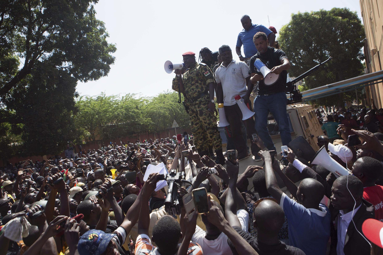 O tenente-coronel Isaac Zida (no centro da imagem) anunciou o fechamento das fronteiras de Burkina Faso, após suspender a Constitução do país.