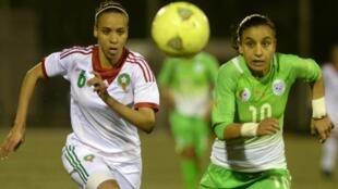 Khadija Benhaddou à gauche, millieu de terrain de l'équipe du Maroc féminine de football lors d'un match contre l'équipe algérienne en 2014. (Photo d'illustration)