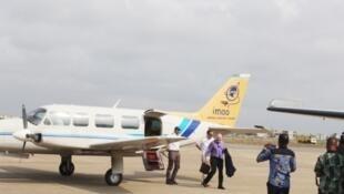 Le chef de la Délégation de l'Union européenne, l'ambassadeur Josep Coll au Bénin à sa descente du vol inaugural de prise de vues aériennes pour la cartographie de base du Bénin.