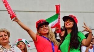 Des supportrices iraniennes soutiennent leur équipe nationale dans un stade aux... Emirats arabes unis.