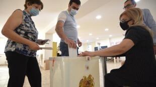 Des électeurs lors des élections législatives anticipées en Arménie