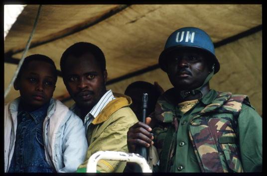 Kigali, 26 mai 1994. Un soldat ghanéen des Nations unies évacue des réfugiés tutsis.