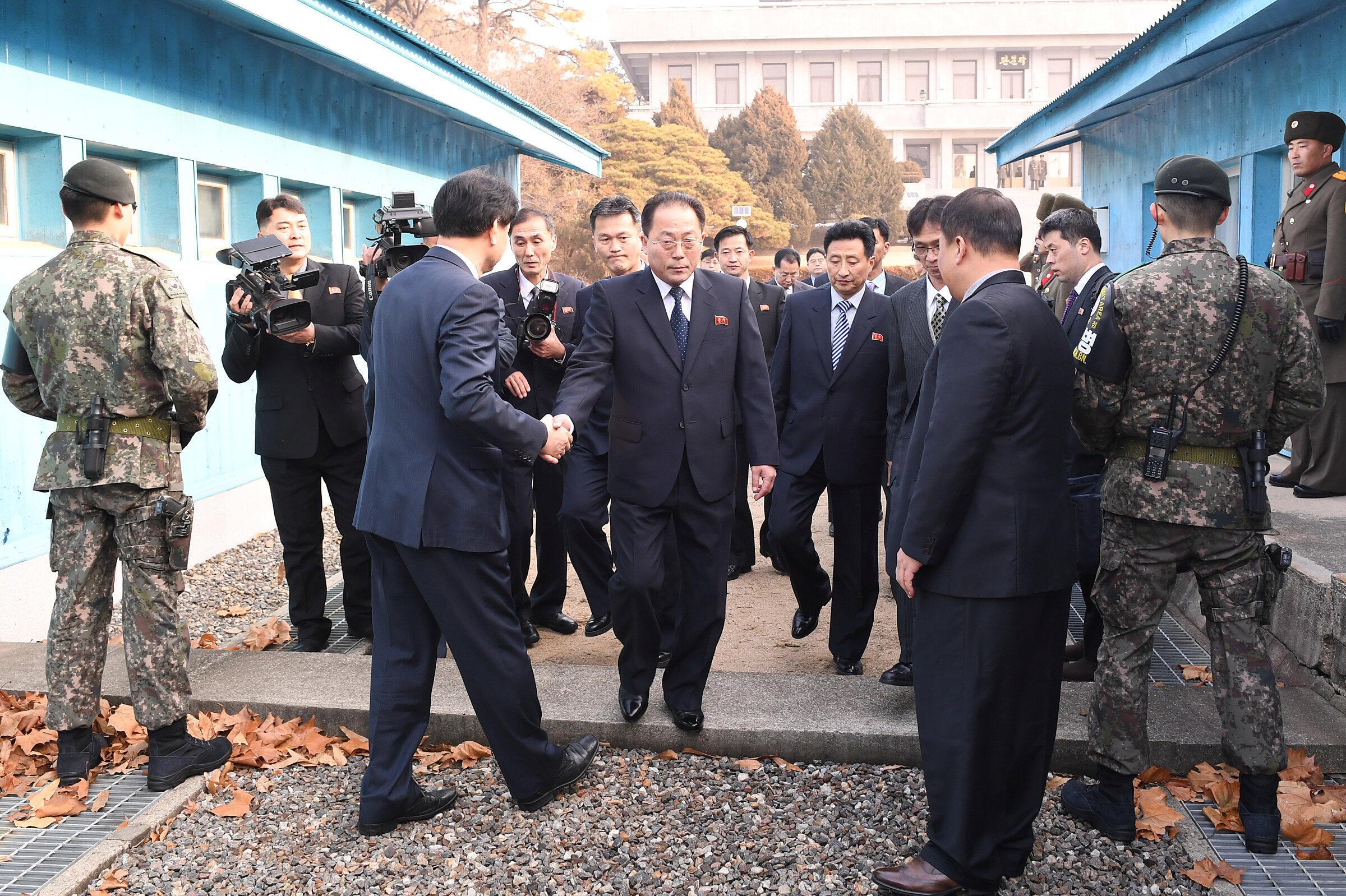 Phái đoàn Bắc Triều Tiên qua giới tuyến hai miền đển hội đàm với Hàn Quốc tại Bàn Môn Điếm chuẩn bị cho việc tham gia Olympic Pyeongchang 2018, ngày 17/01/2018.
