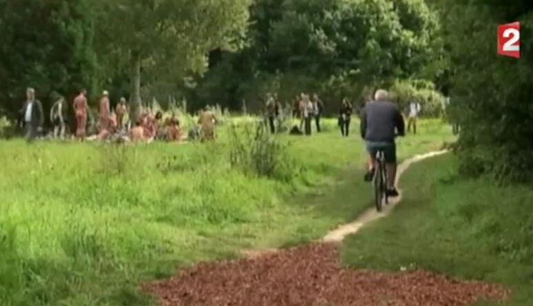В Венсенском лесу открылась лужайка для нудистов (кадр из репортажа французского телеканала France 2)