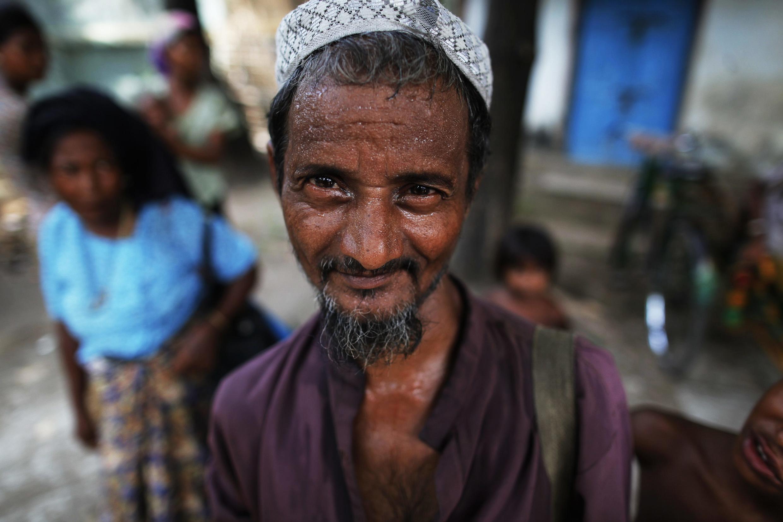 Membros da minoria Rohingya esperam por ajuda humanitária do lado de fora de uma mesquita em Sittwe, na região oeste do país.