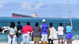 le vraquier «MV Wakashio» qui s'était échoué et dont du pétrole fuit près du parc marin de Blue Bay dans le sud-est de l'île Maurice le 6 août 2020.