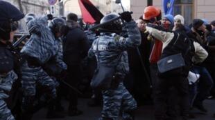 Confrontos entre policiais e manifestantes ucranianos na sede principal do governo em Kiev, em 3 de dezembro de 2013.