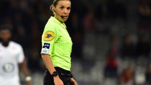 La árbitra de fútbol francesa Stephanie Frappart, durante un partido de la liga L1 de la primera división de Francia, el 19 de octubre de 2019