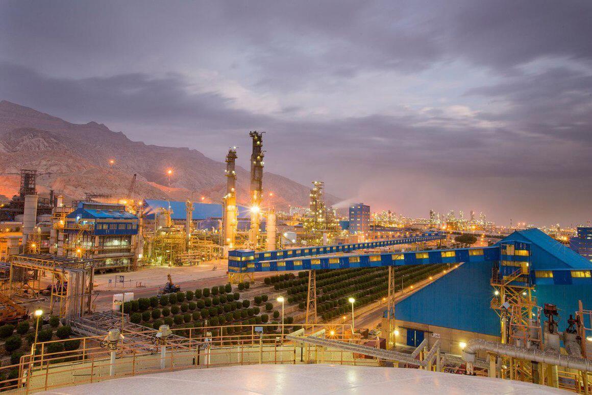 بیژن زنگنه، وزیر نفت جمهوری اسلامی ایران، میگوید: زیرساختها و تاسیسات صنعت نفت ایران در برابر تهدیدهای فیزیکی و سایبری قرار دارند.