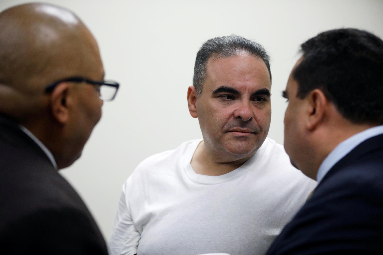 El expresidente salvadoreño habla con sus abogados antes de la sentencia, el 12 de septiembre de 2018 en San Salvador.