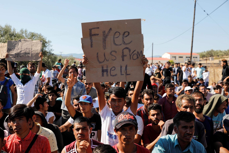 Migrantes protestam após incêndio em Moria, na ilha de Lesbos, que acolhe o maior acampamento de refugiados da Europa.