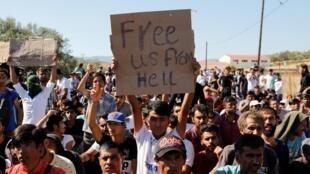 Des migrants manifestent contre les conditions de vie dans le camp de Moria à Lesbos, en Grèce, le 1er octobre 2019.