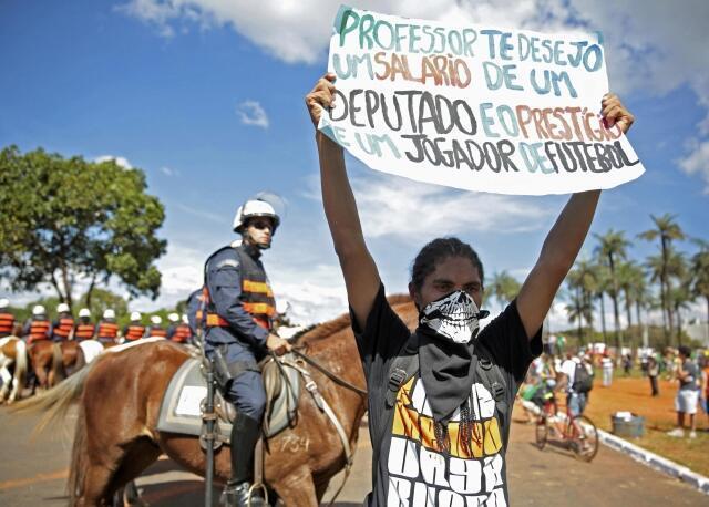 Protestos em frente ao Estádio Mané Garrincha em Brasília, 15 de junho de 2013.