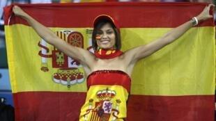 Uma adepta espanhola apoianda a selecção ibérica