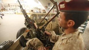 Soldat yéménite en patrouille dans la capitale Sanaa, le 5 août 2013.