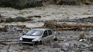 Une voiture coincée dans la boue après la crue de la rivière Vésubie à Roquebillière, au sud-est de la France, le 3 octobre 2020.
