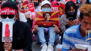 Birmanie Rangoun Manifestations  2021-02-14 T091824Z_1944978220_RC29SL926OPZ_RTRMADP_3_MYANMAR-POLITICS